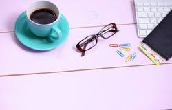 Lieu de travail moderne avec la tasse de thé, vue supérieure Image stock