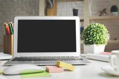 Lieu de travail moderne avec le moniteur vide d'ordinateur portable Photos libres de droits