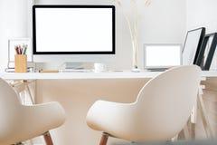 Lieu de travail moderne avec les dispositifs blancs Images libres de droits