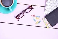 Lieu de travail moderne avec une tasse de café et d'un clavier d'ordinateur, vue supérieure Image libre de droits