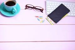 Lieu de travail moderne avec une tasse de café et d'un clavier d'ordinateur, vue supérieure Images libres de droits