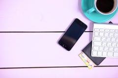 Lieu de travail moderne avec une tasse de café et d'un clavier d'ordinateur, vue supérieure Photo libre de droits