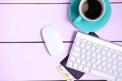 Lieu de travail moderne avec une tasse de café et d'un clavier d'ordinateur, vue supérieure Photos stock