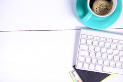 Lieu de travail moderne avec une tasse de café et d'un clavier d'ordinateur, vue supérieure Photos libres de droits