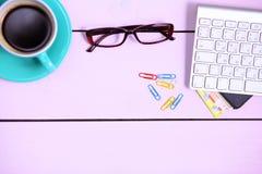 Lieu de travail moderne avec une tasse de café et d'un clavier d'ordinateur, vue supérieure Photo stock