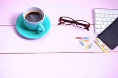 Lieu de travail moderne avec une tasse de café et d'un clavier d'ordinateur, vue supérieure Photographie stock libre de droits