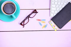 Lieu de travail moderne avec une tasse de café et d'un clavier d'ordinateur, vue supérieure Image stock