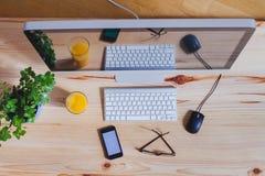 Lieu de travail moderne de bureau, vue supérieure d'ordinateur photos stock