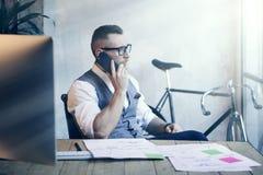 Lieu de travail moderne d'Analyzes Business Strategy d'homme d'affaires barbu Jeune homme travaillant le bureau de démarrage Util Photographie stock