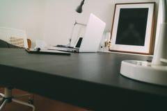 Lieu de travail moderne de bureau avec l'ordinateur portable et le téléphone intelligent et Images libres de droits