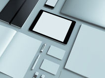 Lieu de travail moderne de bureau avec l'ordinateur portable métallique, le comprimé numérique, le téléphone portable, les papier Photo stock