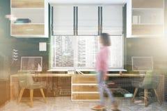 Lieu de travail moderne noir et en bois, écrans modifiés la tonalité Images stock