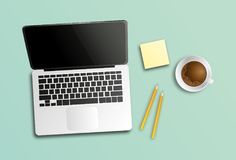 lieu de travail moderne, ordinateur portable, café, bloc-notes Photo libre de droits