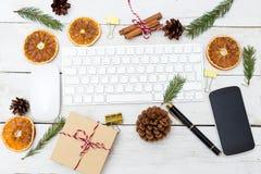 Lieu de travail de Noël avec des décorations de Noël Configuration plate Photos stock