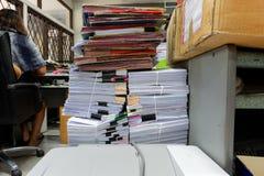 Lieu de travail occupé, malpropre et encombré images libres de droits