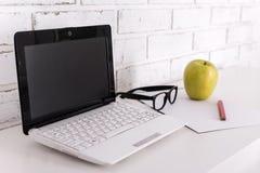 Lieu de travail - ordinateur portable moderne à la maison ou dans le bureau Photo stock