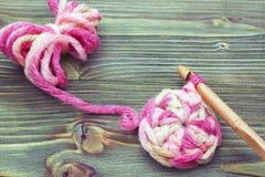Lieu de travail Photo de plan rapproché de napperon de crochet Chauffez la boule rose de fil d'hiver pour tricoter et faites du c Images libres de droits