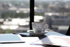 Lieu de travail près de fenêtre Photos libres de droits
