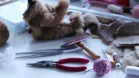 Lieu de travail, processus de création un produit textile, jouet, modèle banque de vidéos