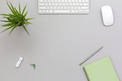 Lieu de travail sur le Tableau gris avec des articles d'affaires et de mode de vie Photo stock