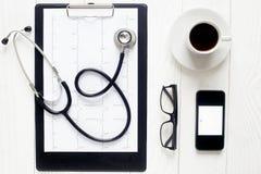 Lieu de travail vide de docteur avec le stéthoscope, vue de smartphone d'en haut Image stock