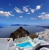 Lieu de villégiature luxueux avec la piscine en île de Santorini, photos libres de droits