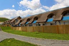 Lieu de villégiature luxueux avec les cottages couverts de chaume traditionnels dans le delta de Danube Images libres de droits