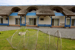 Lieu de villégiature luxueux avec les cottages couverts de chaume traditionnels dans le delta de Danube Photo stock