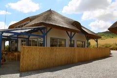 Lieu de villégiature luxueux avec les cottages couverts de chaume traditionnels dans le delta de Danube Images stock
