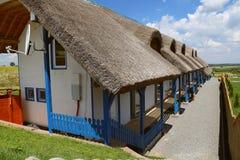 Lieu de villégiature luxueux avec les cottages couverts de chaume traditionnels dans le delta de Danube Photographie stock libre de droits