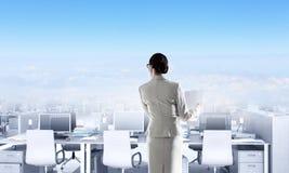 Lieux de travail d'entreprise équipés par l'équipement moderne Image stock