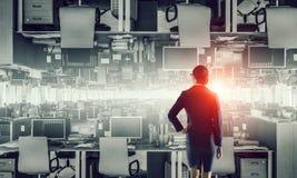 Lieux de travail d'entreprise équipés par l'équipement moderne Media mélangé Images libres de droits