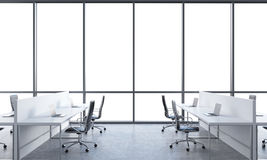 Lieux de travail dans un bureau moderne lumineux de l'espace ouvert Tables blanches équipées des ordinateurs portables modernes e Photographie stock