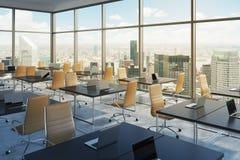 Lieux de travail dans un bureau panoramique faisant le coin moderne, vue de New York City, Manhattan L'espace ouvert Photographie stock