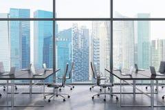 Lieux de travail dans un bureau panoramique moderne, vue de ville de Singapour des fenêtres L'espace ouvert Tables noires et chai illustration stock