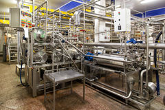 Lieux industriels intérieurs avec des canalisations et des réservoirs Photos libres de droits