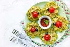 Lieveheersbeestjesandwiches met kersen tomatoesand olijven op spinaziezout royalty-vrije stock afbeeldingen
