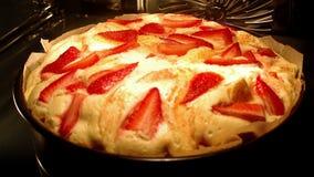 Lievito-dolce della fragola che cuoce in forno video d archivio
