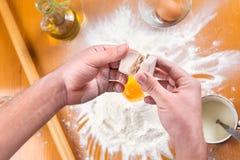 Lievito spiting dell'uomo nella produzione di pasta Immagine Stock