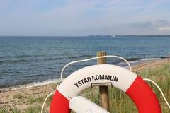 Lifebelt framme av Östersjön Royaltyfri Foto