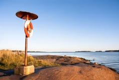 Lifebelt przy brzegowym pobliskim morzem Obraz Royalty Free