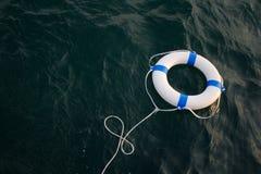 Lifebelt, reddingsboei in een gevaarlijke overzees voor hulp, veiligheid, veiligheid Stock Foto's