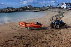 Lifeboat залива Trearddur inshore стоковые фотографии rf