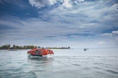 Lifeboat pływa statkiem z pasażerami chętnymi dostawać brzeg Zdjęcia Stock