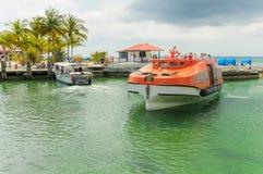 Lifeboat pływa statkiem z pasażerami chętnymi dostawać brzeg Fotografia Stock