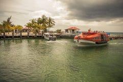 Lifeboat pływa statkiem z pasażerami chętnymi dostawać brzeg Obraz Stock