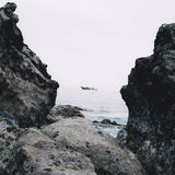 Lifeboat przez skał Zdjęcia Royalty Free