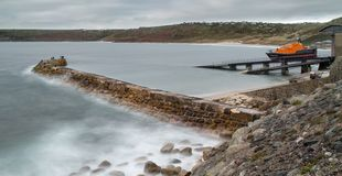 Lifeboat stacja i falochron, Sennen zatoczka, Cornwall obraz royalty free