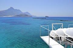 Lifeboats и остров стоковое изображение rf