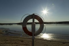 Lifebouy auf dem Strand Lizenzfreie Stockbilder